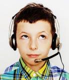 Маленький милый мальчик на белых clo tumbs жеста предпосылки вверх усмехаясь Стоковое Изображение