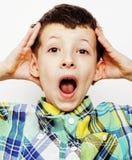 Маленький милый мальчик на белых clo tumbs жеста предпосылки вверх усмехаясь Стоковая Фотография