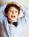 Маленький милый мальчик на белых clo tumbs жеста предпосылки вверх усмехаясь Стоковые Изображения