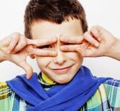 Маленький милый мальчик на белых clo tumbs жеста предпосылки вверх усмехаясь Стоковое фото RF