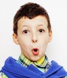 Маленький милый мальчик на белых clo tumbs жеста предпосылки вверх усмехаясь Стоковое Изображение RF