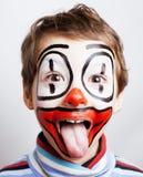 Маленький милый реальный мальчик с facepaint любит клоун, pantomimic expre Стоковое Фото