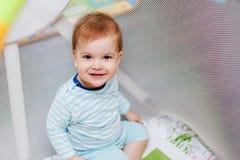 Маленький младенец сидит в прогулочной коляске Стоковые Изображения