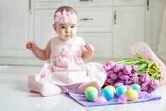 Маленький младенец сидя на поле в платье Восток концепции счастливый Стоковая Фотография RF