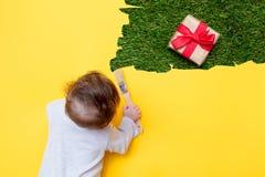 Маленький младенец с праздничным подарком стоковые изображения rf