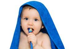 Маленький младенец чистя его зубы щеткой стоковые изображения rf