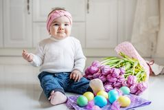 Маленький младенец яичка Младенец в джинсах и свитере Концепция счастливая Стоковое Изображение