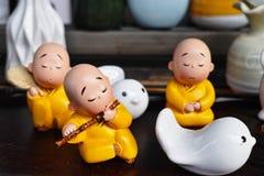 Маленький монах играя каннелюру Стоковые Изображения
