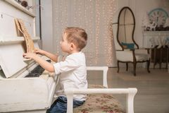 маленький пианист стоковое фото rf