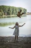 Маленький ребенок бросая вверх взгляд toyback плюшевого медвежонка Стоковое Изображение RF