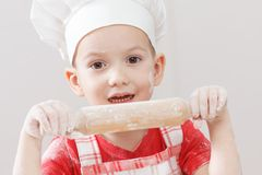 Маленький ребенок делая тесто пиццы или макаронных изделий стоковые изображения