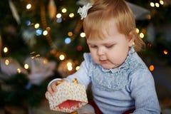Маленький ребенок играя с подарками стоковая фотография rf