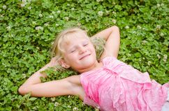 Маленький ребенок имея полезного время работы Стоковые Изображения