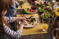 Маленький ребенок имея салат на обедающем Стоковые Изображения RF