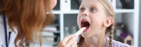 Маленький ребенок на приеме педиатра Стоковые Фото