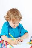 Маленький ребенок рисует с карандашами цвета Стоковая Фотография RF