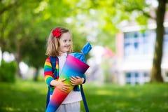 Маленький ребенок с конусом конфеты на первый учебный день Стоковая Фотография RF