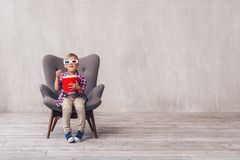 Маленький ребенок с попкорном стоковое фото