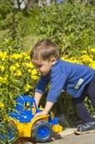Маленький ребенок с тележкой Стоковое Изображение RF