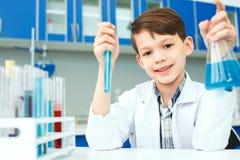 Маленький ребенок с учить класс в подготовке лаборатории школы стоковое изображение rf