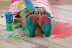 Маленький ребенок playind с красками стоковые фотографии rf