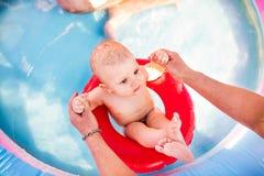 Маленький ребёнок в бассейне Стоковое Фото