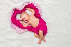 Маленький ребёнок сладостно сон в розовых шарфах стоковые фотографии rf