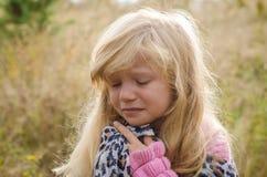 Маленький симпатичный плакать девушки стоковые изображения rf