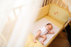 Маленький славный младенец спать в шпаргалке стоковое фото