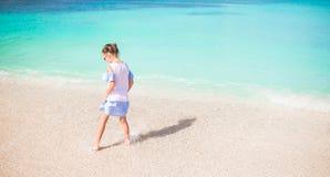 Маленький счастливый брызгать девушки Оягнитесь ход к воде бирюзы готовой для того чтобы поплавать Стоковая Фотография RF
