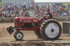 Маленький трактор красного цвета бомбы Стоковые Фотографии RF