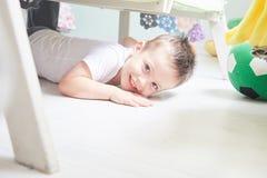 Маленький усмехаясь мальчик лежит на поле дома Стоковое Изображение RF