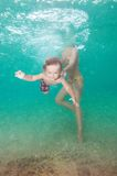 маленький swim сынка мати учит к стоковое изображение
