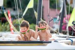 2 маленьких дет, братья мальчика, есть арбуз на beac Стоковые Изображения RF