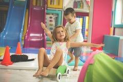 2 маленьких друз играя совместно в спортивной площадке Д-р мальчика Стоковое Изображение RF