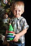 2 маленьких мальчика ребенк отпрыска держа рождественскую елку Счастливые дети украшают дерево xmas в твоем дом Семья, традиция,  Стоковая Фотография RF