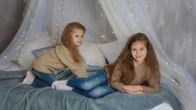 2 маленьких сестры ждут рождество стоковые фотографии rf