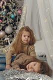 2 маленьких сестры ждут рождество стоковое фото