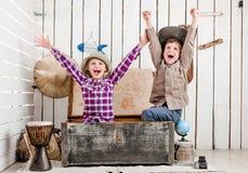 2 маленьких смеясь над дет с руками вверх Стоковые Фотографии RF