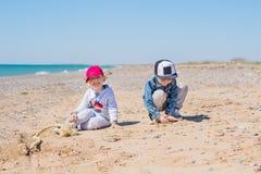 2 маленького ребенка играя игрушки в песке стоковая фотография rf