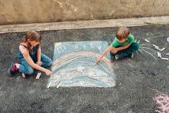 2 маленького ребенка играя совместно снаружи Стоковые Фото
