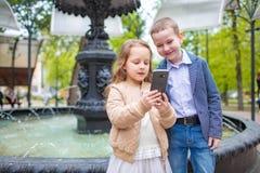2 маленького ребенка принимая selfie внешнее Концепция потехи приятельства влюбленности Малые взрослые стоковые изображения rf