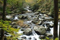 маленькое река вихруна гор закоптелое Стоковые Фото