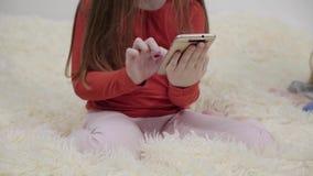 2 маленькой девочки в пижамах используя smartphones на кровати акции видеоматериалы