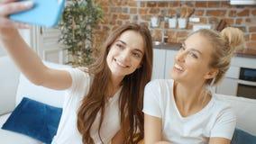 2 маленькой девочки делая selfie дома сток-видео