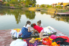 3 маленькой девочки играют с игрушками на деревянном поле Стоковое фото RF
