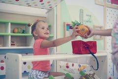 2 маленькой девочки играя совместно в спортивной площадке Стоковое Фото