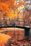 2 маленькой девочки сидя на деревянном мосте и претендуют рыбную ловлю; a стоковые фото