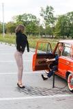 2 маленькой девочки с сломленным автомобилем Стоковые Изображения RF