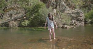 Маленькой девочки шагов лодыжка предварительно глубоко на утесе в реке акции видеоматериалы